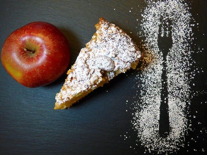 μήλο, μηλόπιτα, ζάχαρη άχνη, τραπέζι