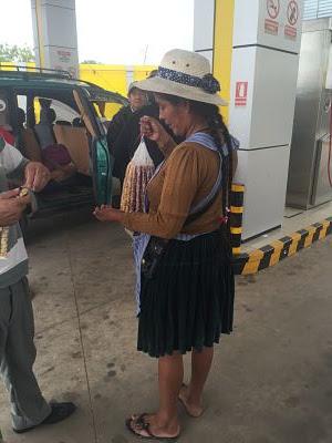 Boliviana vendiendo maní tostado.