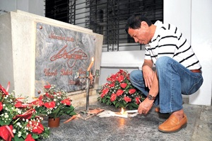 Duterte contemplates in front of his father's tomb.