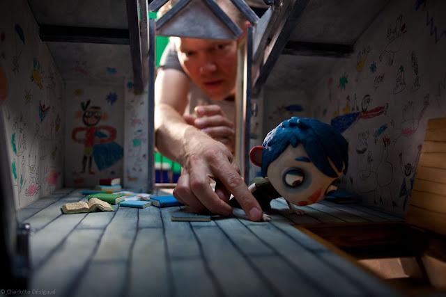 En esta imagen podemos ver el proceso que se sigue para grabar películas con la técnica de stop-motion, hay que colocar los personajes en el escenario e ir moviendo todo paso a paso para fotografiar la secuencia de imágenes que determinará el movimiento