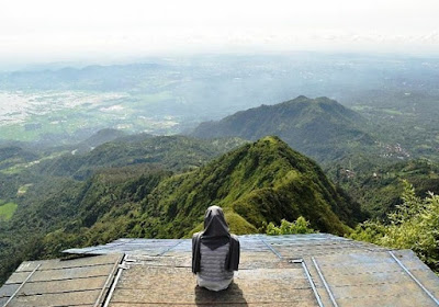 puncak gunung telomoyo dekat salatiga