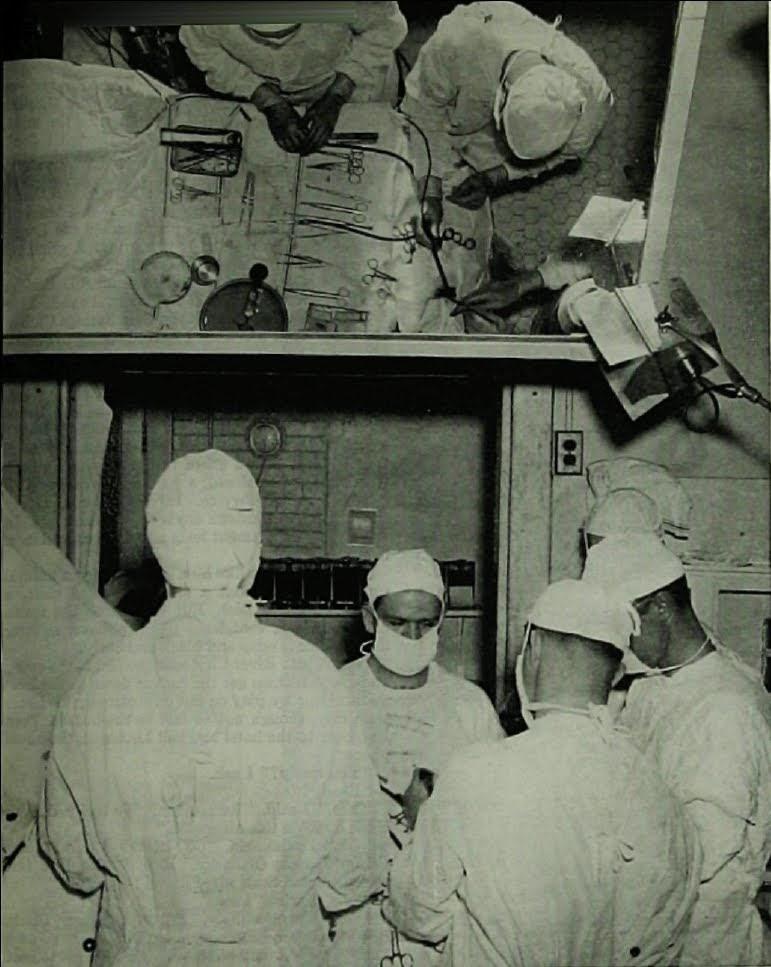 医師と数人でロボトミー手術が行われている手術室