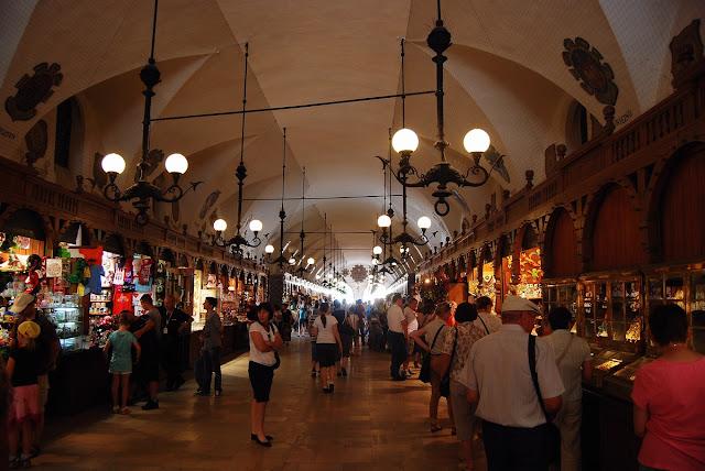 intérieur de la halle aux draps Cracovie