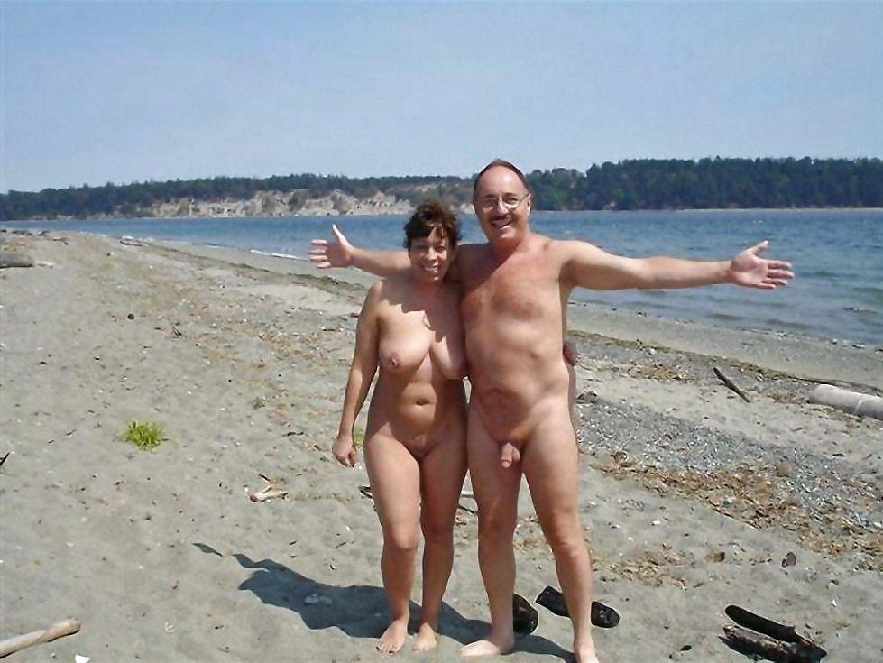 Пожилые пары лобзаются на пляже не замечая камеры, фото порно раздвинутые губы