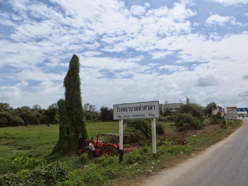 Трактор возле поля