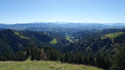Gestochen scharfe Sicht zu den Alpen bei der Lushütte