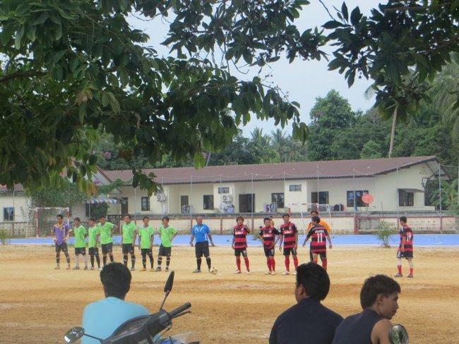 Футбол играют тайцы на Маенам Самуи