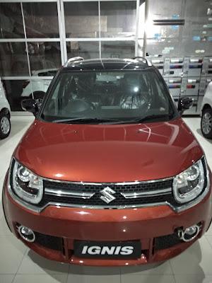 Suzuki Ignis Warna Merah Sedang di pajang di dealer resmi suzuki pajajaran bogor utara bantarjati, mobil ini banyak peminantnya , bersaing dengan honda brio RS, hanya saja tampilannya lebih macho , gagah , oleh sebab itu di sebut URBAN SUV