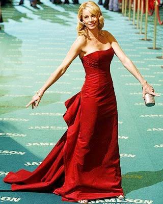 Foto de mujer con vestido de gala color rojo y largo