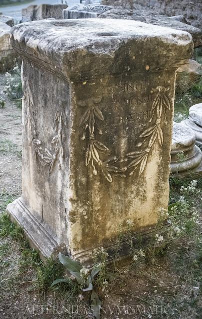 Pedestal de estatua exhumado en el acceso