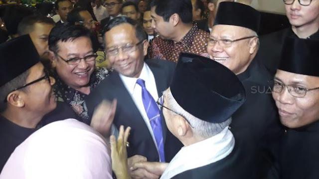 Ma'ruf Amin dan Mahfud MD Tak Sengaja Bertemu dan Berpelukan