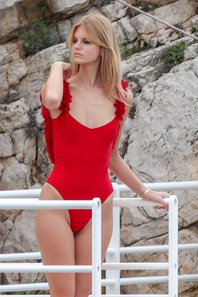 Модель Надин Леопольд в красном купальнике