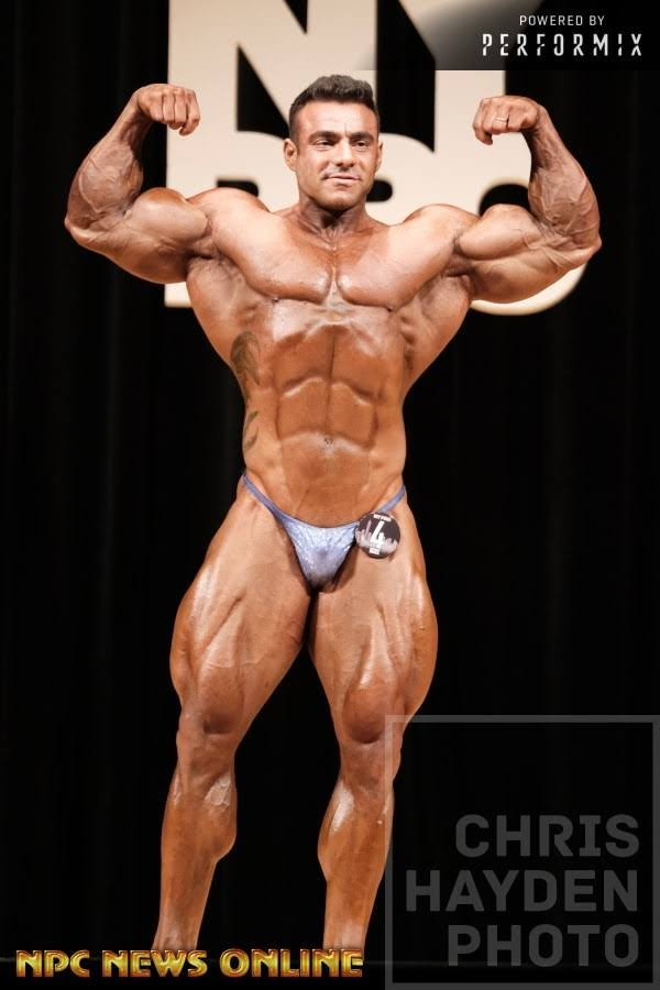 Rafael Brandão executa pose duplo bíceps no palco do IFBB New York Pro. Foto: Chris Hayden