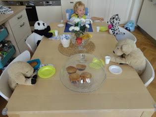 Plyšáci u stolu