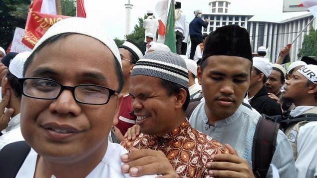 Mengharukan... Saling Berpegangan Pundak Rombongan Tunanetra Ikut Longmarch Aksi Bela Islam dari Istiqlal ke Istana