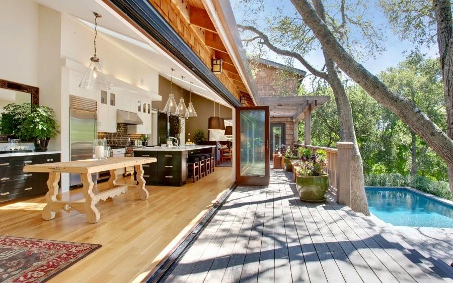 Dom w Kalifornii ze składaną, szklaną ścianą, wystrój wnętrz, wnętrza, urządzanie domu, dekoracje wnętrz, aranżacja wnętrz, inspiracje wnętrz,interior design , dom i wnętrze, aranżacja mieszkania, modne wnętrza, styl klasyczny, styl Hampton, taras, patio, weranda, jadalnia, kuchnia, kitchen