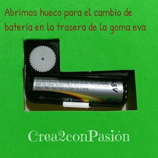 Trasera-reloj-cambio-batería-diy-reloj-primaveral-para-aprender-las-horas-Crea2conPasión-en-goma-eva-y-pasta-modelar