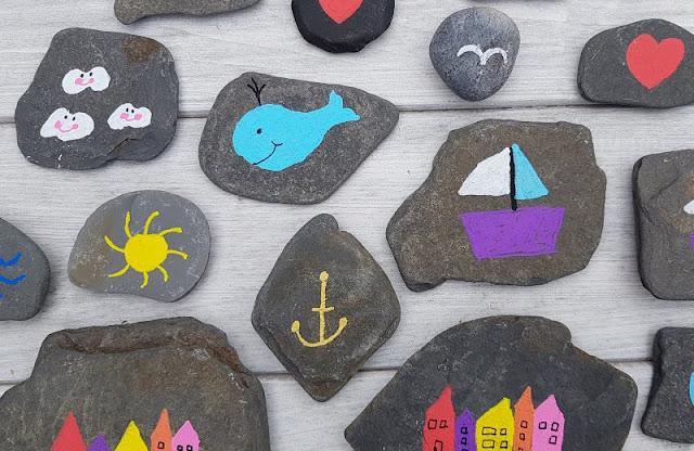 DIY: Ein Steinmemory für Kinder aus bemalten Steinen. Auf Küstenkidsunterwegs zeige ich Euch in einer einfachen Anleitung, wie Ihr mit Stiften Steine für ein Memory bemalen könnt. Das Gestalten macht Spaß und Ihr erfahrt bei mir, wie das mit einfachen Mitteln möglich ist.