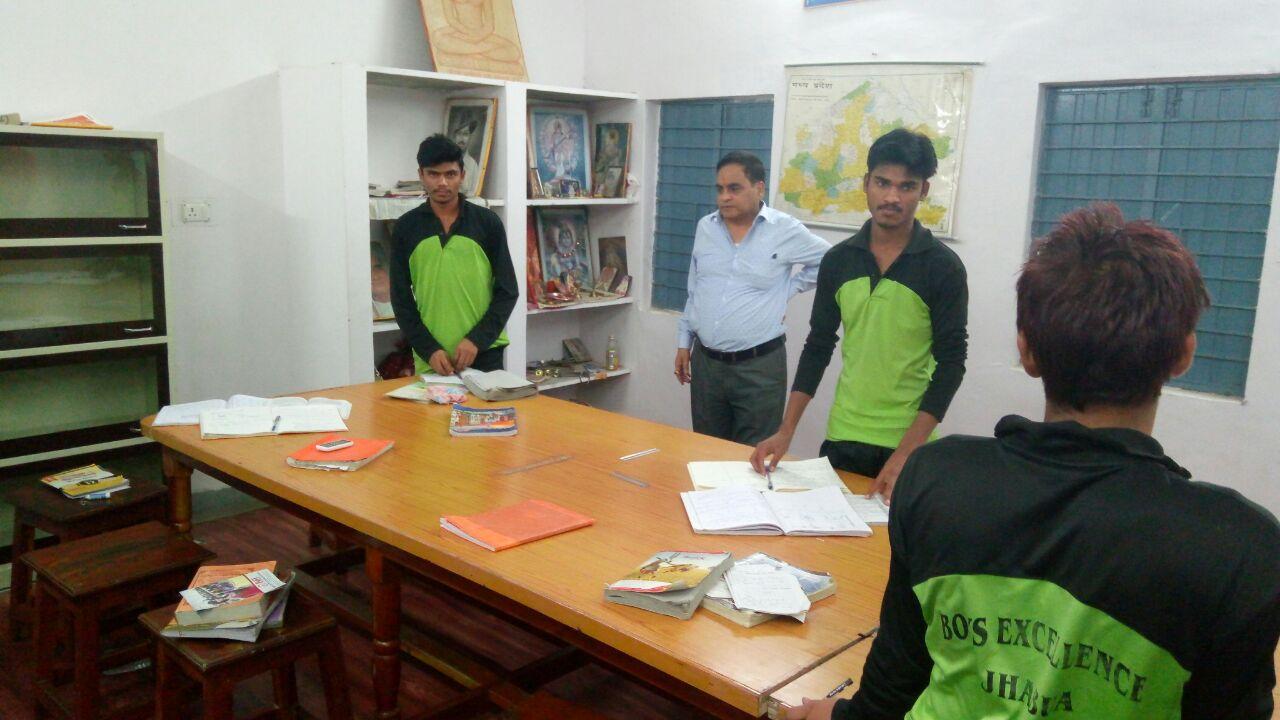Divisional-Deputy-Commissioner-Tribal-Development-B-G-Mehta-inspected-hostels-jhabua-संभागीय उपायुक्त आदिवासी विकास श्री बी.जी. मेहता ने छात्रावासों का निरीक्षण किया