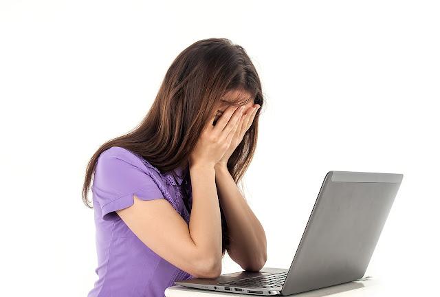 Femme ordinateur portable découragement