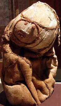 Foto de la momia de un pequeño bien cubierto en Chachapoyas