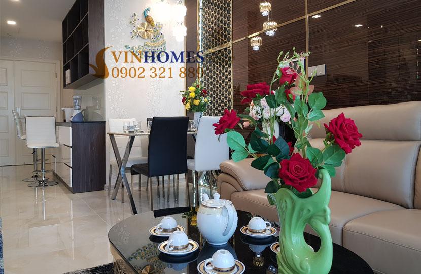Căn hộ Vinhomes 3PN cho thuê Landmark 4 nội thất mới - lọ hoa tại phòng khách