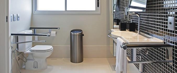Arquiteta Patrícia Vertuan Sua empresa ou clínica está adaptada para atender -> Banheiro Publico Decorado