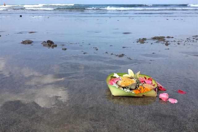 Weerspiegeling in zee op het strand van Kuta