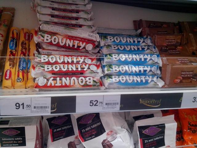 Шоколадка Bounty на прилавке
