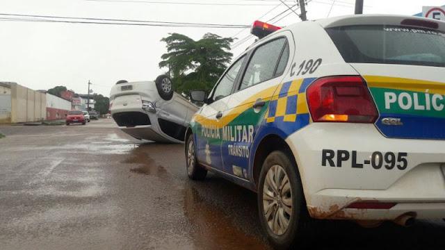 Motorista capota veículo durante acidente no centro da capital