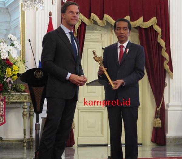 http://www.kampret.id/2016/11/keris-menjadi-simbol-kerjasama-yang-baik-antara-indonesia-dan-belanda-di-era-jokowi.html