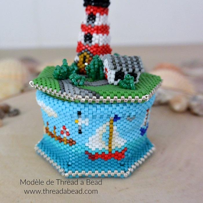 Boite phare en perles Miyuki, modèle de Thread a Bead, tissée en peyote circulaire par Hello c'est Marine