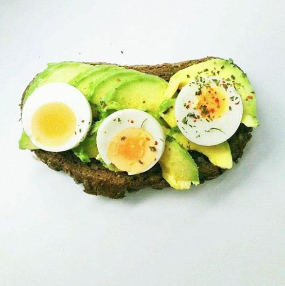 pan, aguacate y huevo duro en rodajas