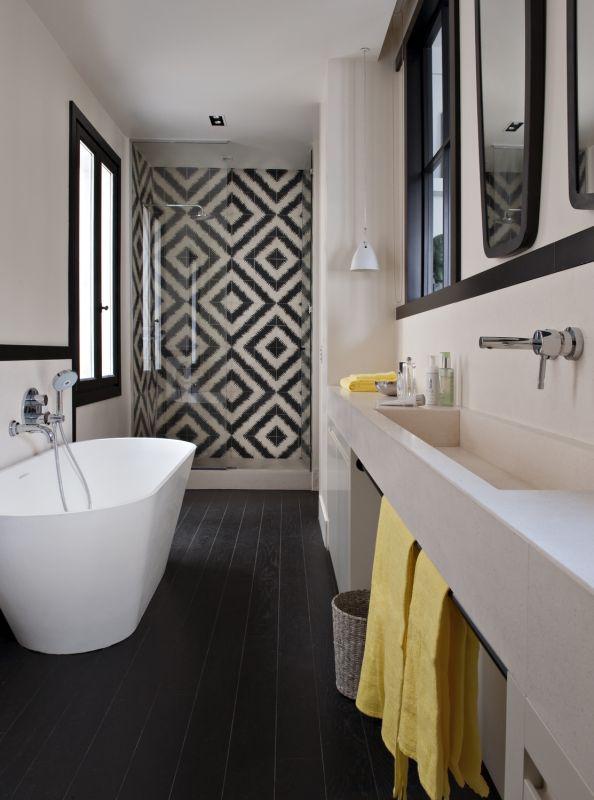 color y geometr a bien usados en un apartamento en paris ministry of deco. Black Bedroom Furniture Sets. Home Design Ideas