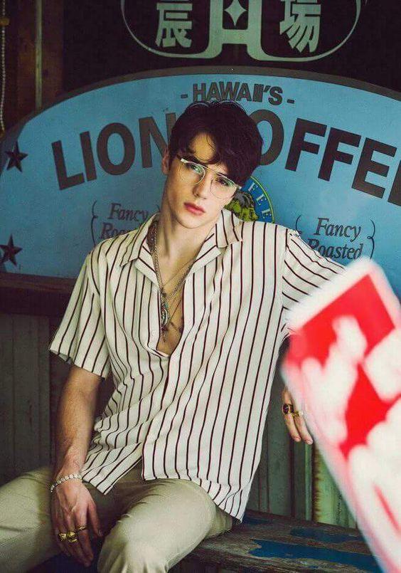 look masculino camisa estampada listras com botões abertos