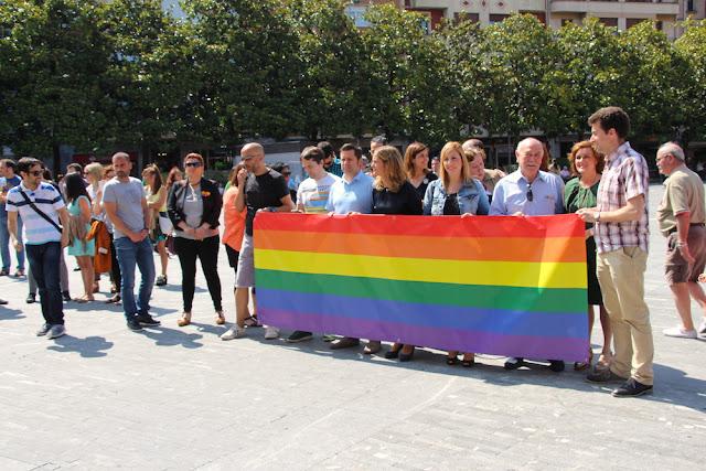 Concejales muestran una bandera del orgullo LBTI
