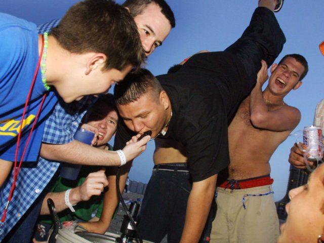 Spring breakers cantan en Cancún: Build that wall