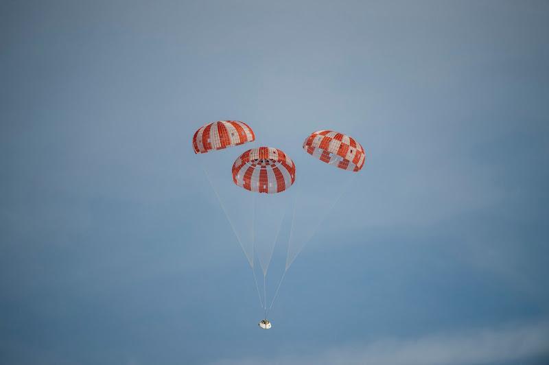 Những gói hàng đóng vai phi hành gia từ phi thuyền Orion của NASA đang rơi dù xuống đất sau chuyến phóng tàu thử nghiệm diễn ra vào ngày 16 tháng 3 vừa qua ở Căn cứ Quân sự Hoa Kỳ tại Yuma, Arizona. Tàu vũ trụ Orion được xây dựng để được phóng lên bởi Hệ thống Phóng Tên lửa (SPS) của NASA, dự kiến sẽ chở phi hành gia đến quỹ đạo tầm thấp của Trái Đất vào giữa thập niên 2020. Hình ảnh: NASA.