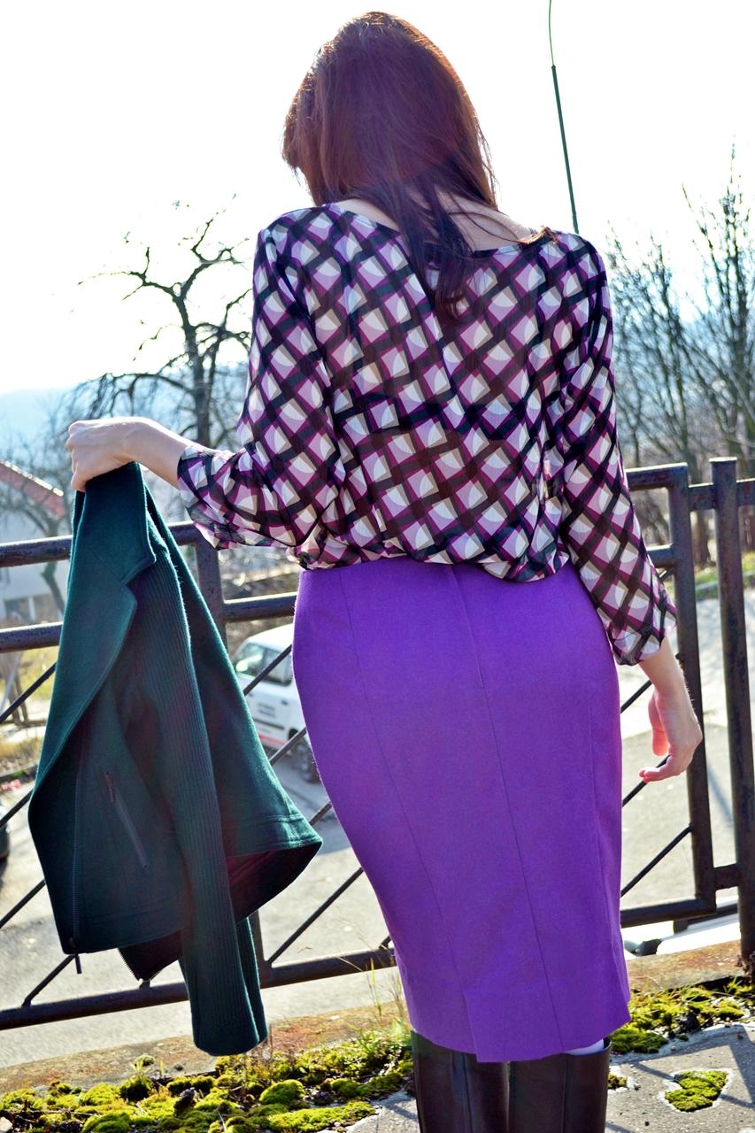 Asistentka predaja_Katharine-fashion is beautiful_Fialová sukňa_Biele pančuchy_Vzorovaný top_Katarína Jakubčová_Fashion blogger