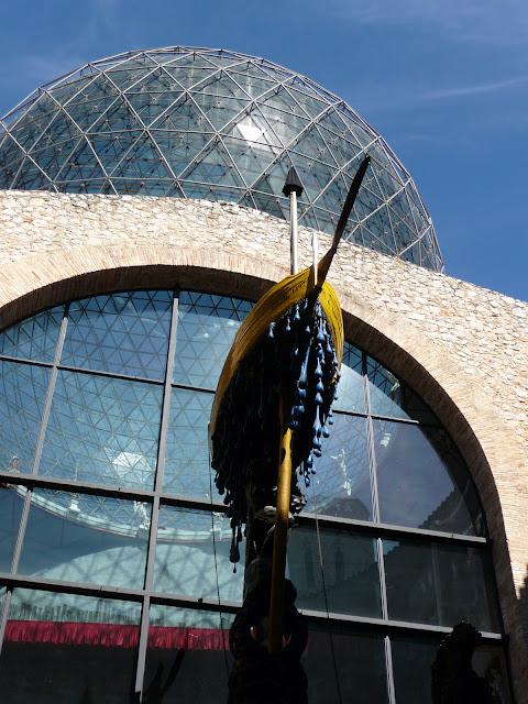 Элемент композиции ДОЖДЛИВОЕ ТАКСИ во внутреннем дворике музея-театра Сальвадора Дали в Фигерасе