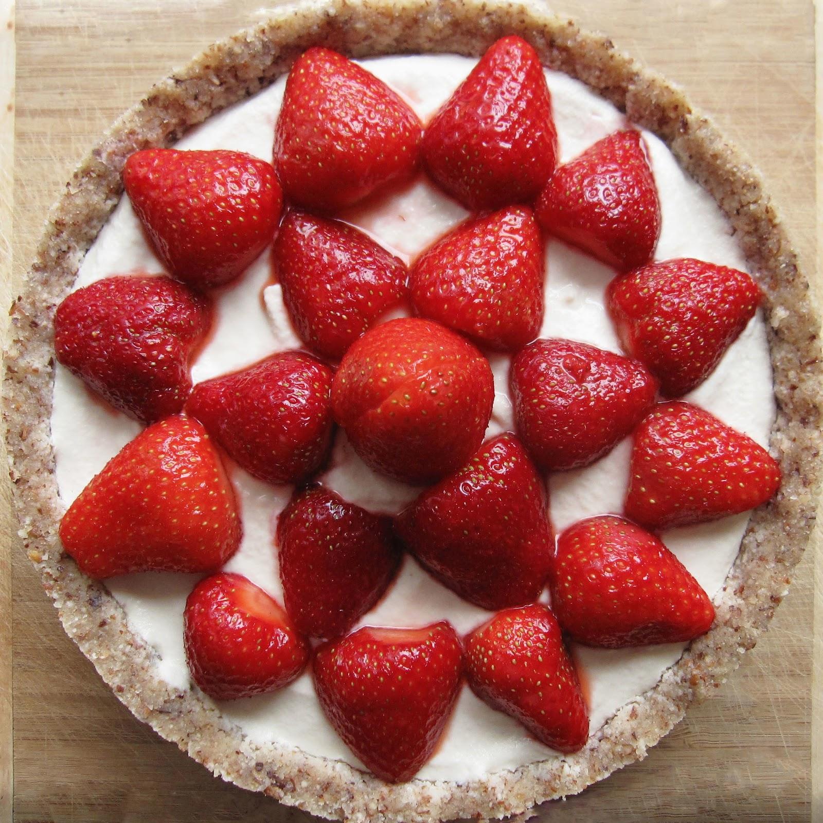 Tarte crue vegan aux fraises et à la crème