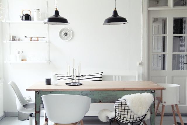 Comedor nórdico con mesa vintage y sillas diferentes