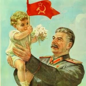 Ritratto propagandistico di Stalin che prende in braccio un bambino.