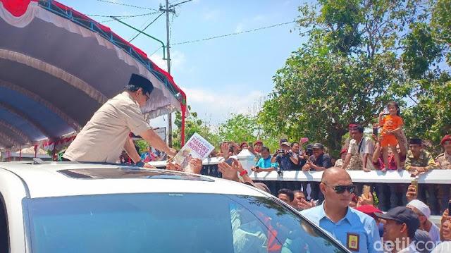 Tim Jokowi Curiga Emak-emak Rebutan Buku Prabowo: Money Politics?