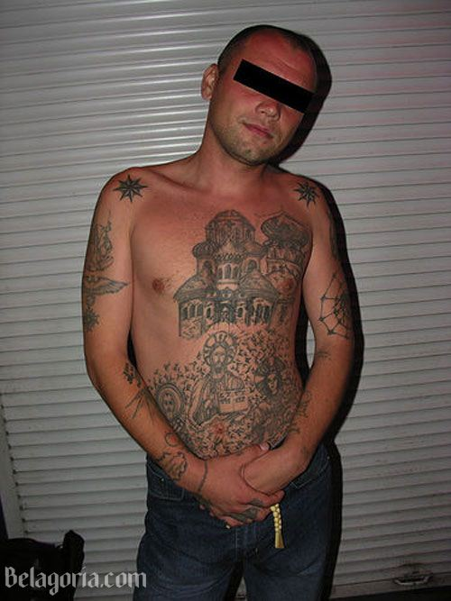Un mafioso ruso con tatuajes de prisiones rusas