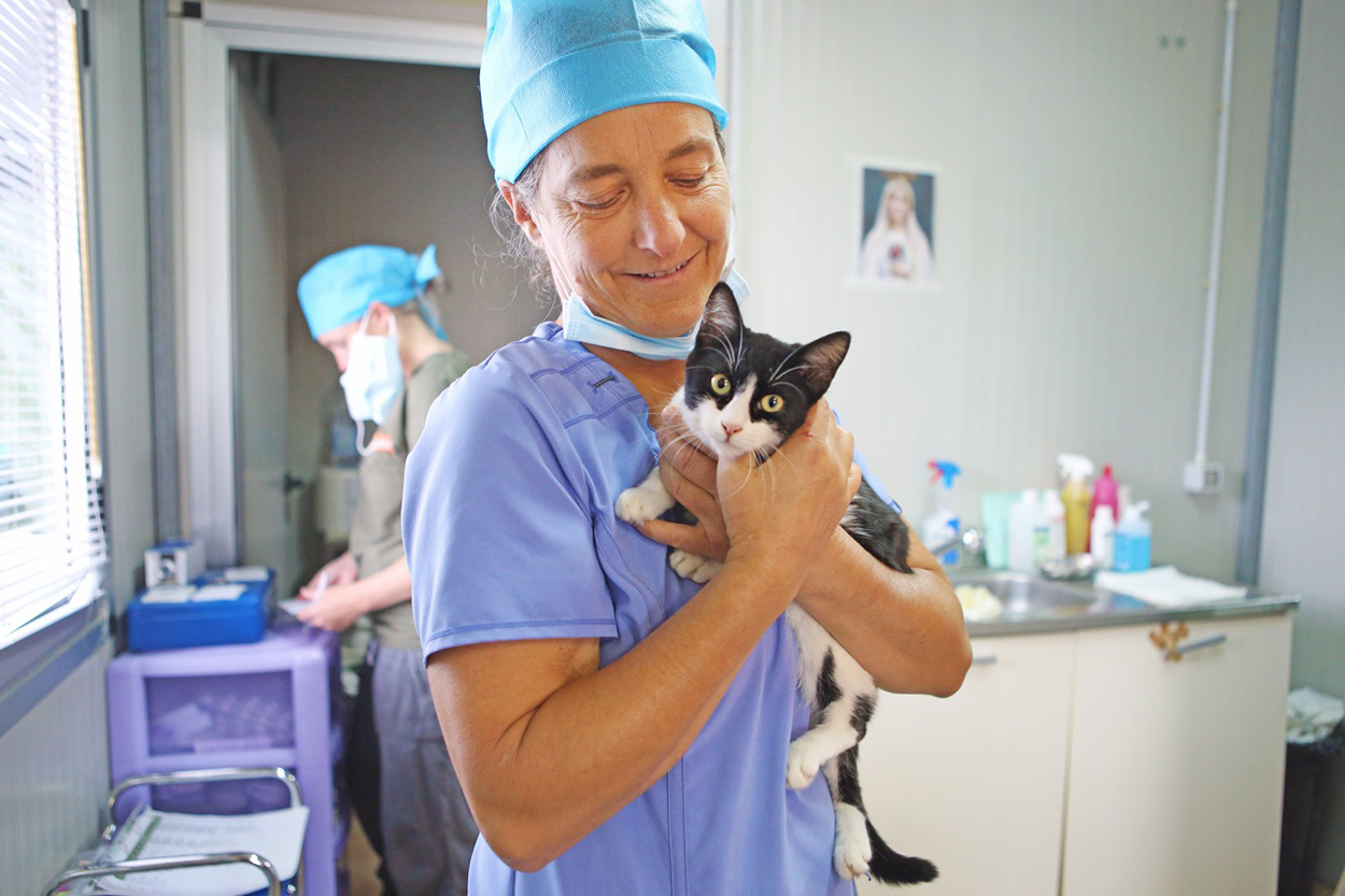 Dr Martine Nadeau holding a kitten during Vet Beyond Borders VetMatch program in Sardinia