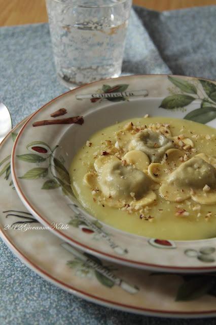 Ravioli ripieni di gorgonzola e nocciole, su vellutata di patate