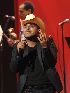 El cantante Espinoza Paz revela haber estado enamorado de Juan Gabriel. Además reconoció no tener la mejor voz