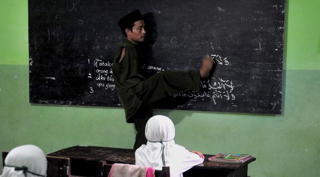 Meski Tak Punya Tangan, Pak Guru Ini Tetap Semangat Mengajar Dengan 2 Kaki