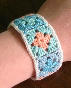 http://translate.googleusercontent.com/translate_c?depth=1&hl=es&rurl=translate.google.es&sl=en&tl=es&u=http://speckless.wordpress.com/2011/06/13/granny-square-bracelet-tutorial/&usg=ALkJrhiNC7Is5ObD4ZKj8sU6MHwnCmVRSQ